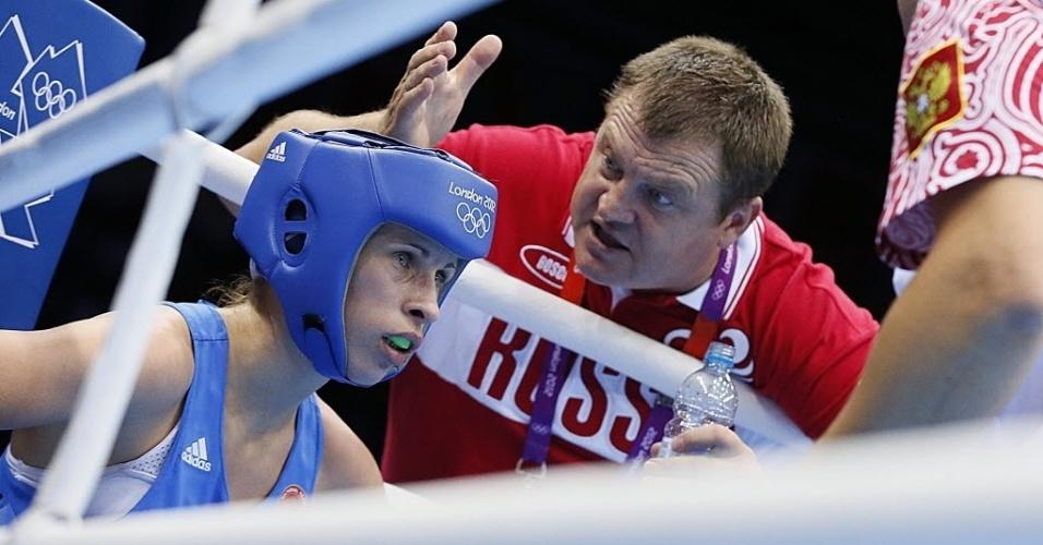 A russa Elena Savelyeva recebe orientações do seu treinador, em combate pelo peso mosca