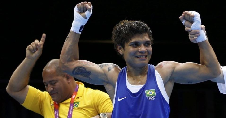 Adriana Araújo comemora a vitória nas quartas de final no boxe feminino, que lhe garantiu uma medalha nos Jogos de Londres
