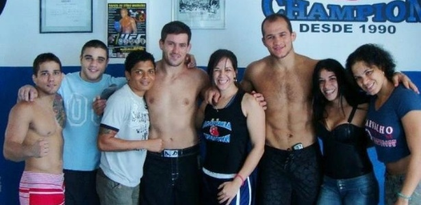 Adriana Araújo (terceira à esquerda) posa com colegas da academia Champion, de Salvador (BA), entre eles o catarinense Júnior Cigano, o atual campeão dos pesos pesados do UFC (terceiro à direita)