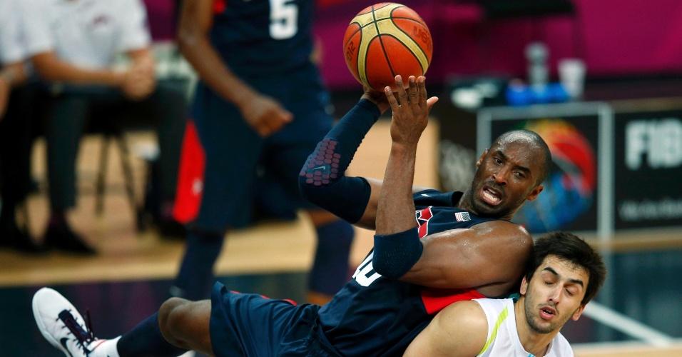 Ala dos Estados Unidos, Kobe Bryant se apoia em jogador da Argentina durante partida disputada nesta segunda (06/08)