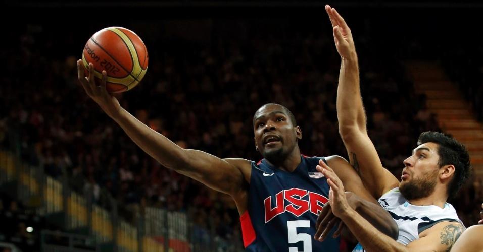 Ala-pivô Kevin Durant tenta arremesso durante a partida entre Estados Unidos e Argentina pelos Jogos de Londres