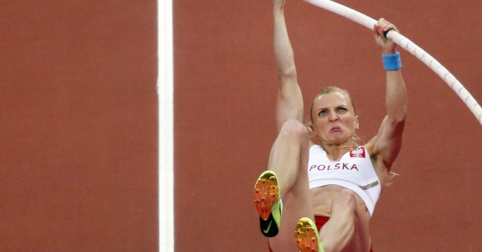 Anna Rogowska, da Polônia, participa da final do salto com vara no Estádio Olímpico de Londres