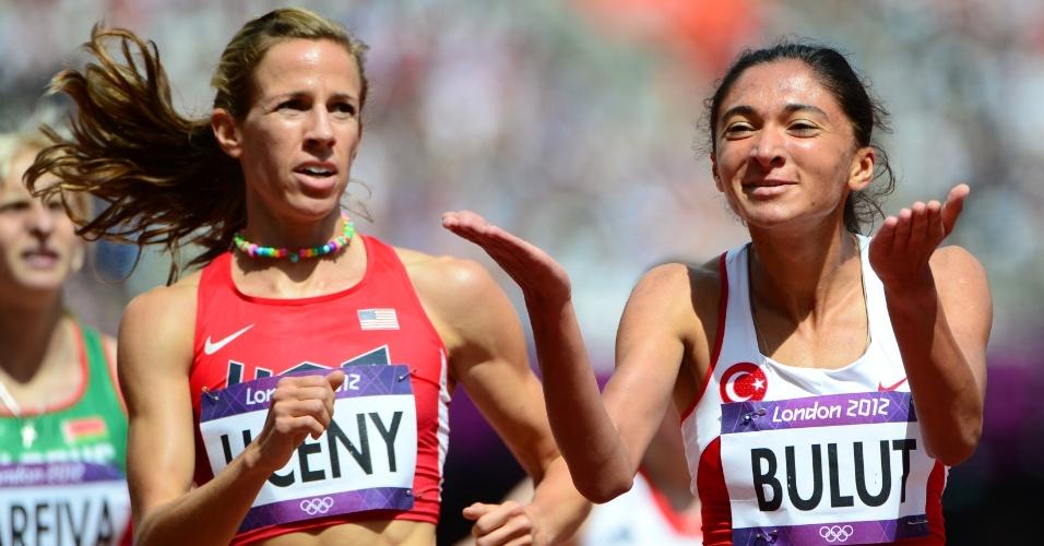 Ao lado da norte-americana Morgan Uceny, turca Gamze Bulut festeja vitória em sua bateria nos 1500 m