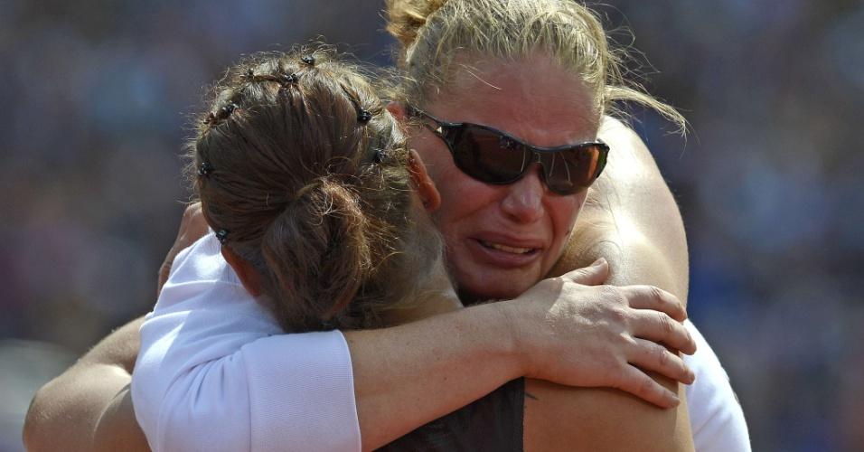 Após eliminação no arremesso de peso, alemã Nadine Kleinert (de óculos) é confortada por neozelandesa Valerie Adams