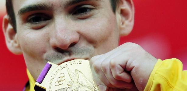 Arthur Zanetti beija medalha de ouro conquistada na argola nos Jogos de Londres