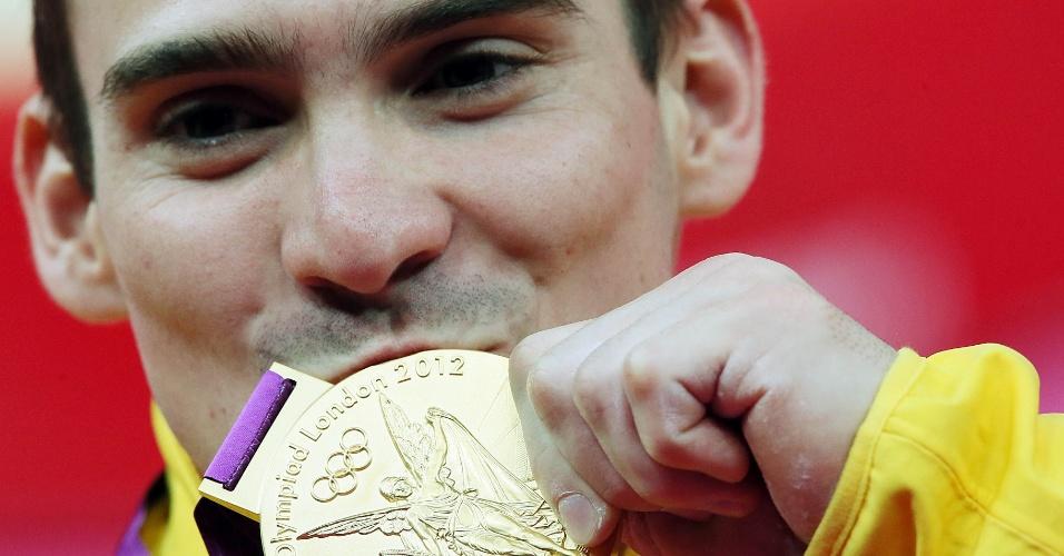 O ginasta Arthur Zanetti beija medalha de ouro conquistada nas argolas nos Jogos de Londres