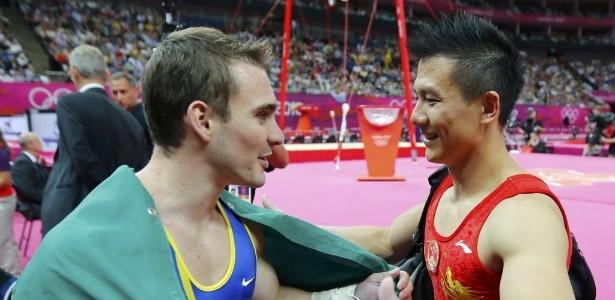 Campeão Arthur Zanetti cumprimenta o chinês Yibing Chen, que ficou com a prata nas argolas