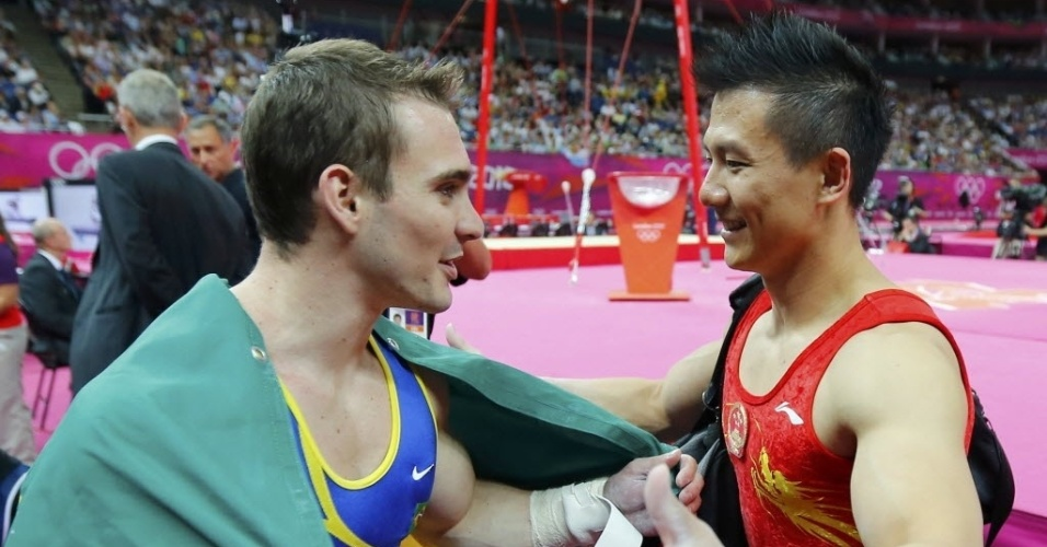 Arthur Zanetti cumprimenta o chinês Yibing Chen, que ficou com a prata