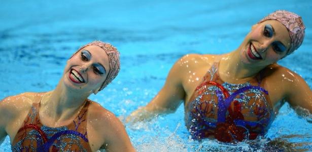 As brasileiras Lara Teixeira e Nayara Figueira sorriem durante apresentação no nado sincronizado