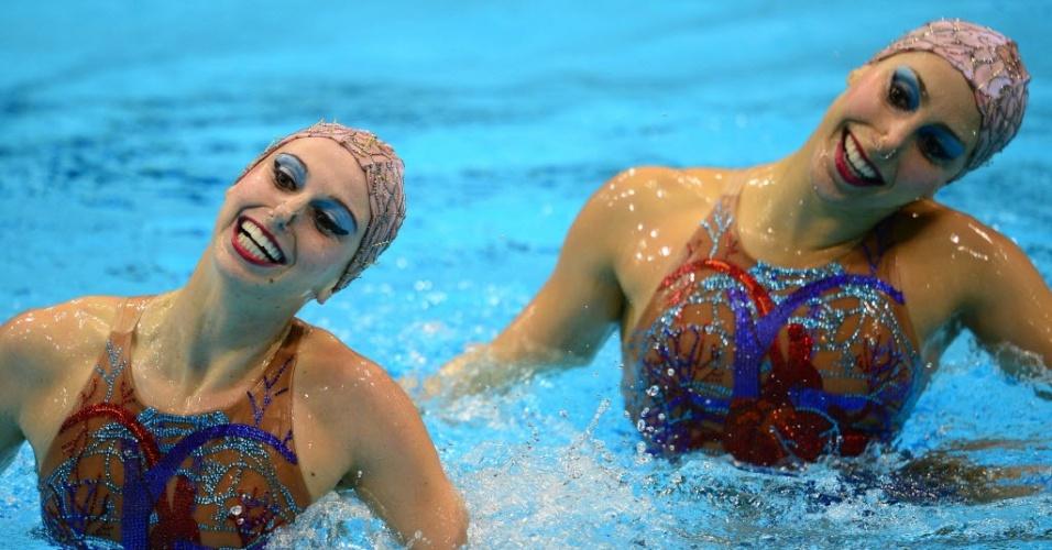As brasileiras Lara Teixeira e Nayara Figueira sorriem durante apresentação no nado sincronizado em Londres