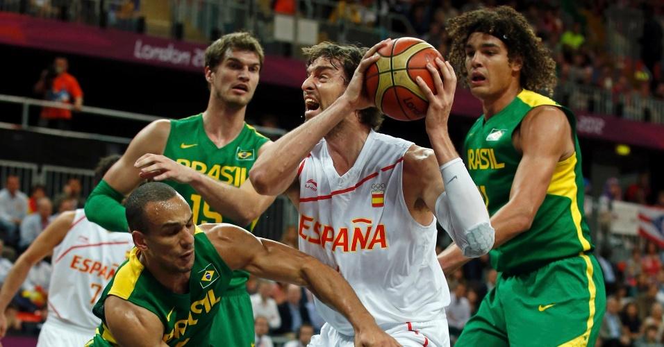 Atletas brasileiros tentam tirar bola do pivô espanhol Pau Gasol em partida disputada nesta segunda-feira (06/08)