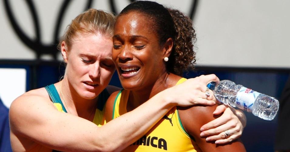 Australiana Sally Pearson consola jamaicana Brigitte Foster-Hylton após esta ser eliminada dos Jogos de Londres na prova dos 100 m com barreira