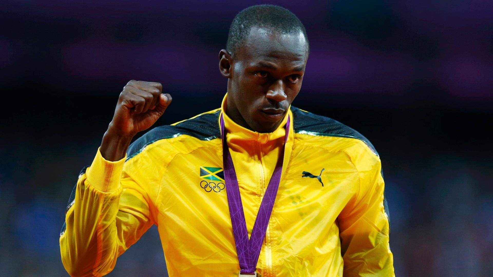 Bicampeão olímpico dos 100 m rasos, o jamaicano Usain Bolt exibe o punho direito cerrado