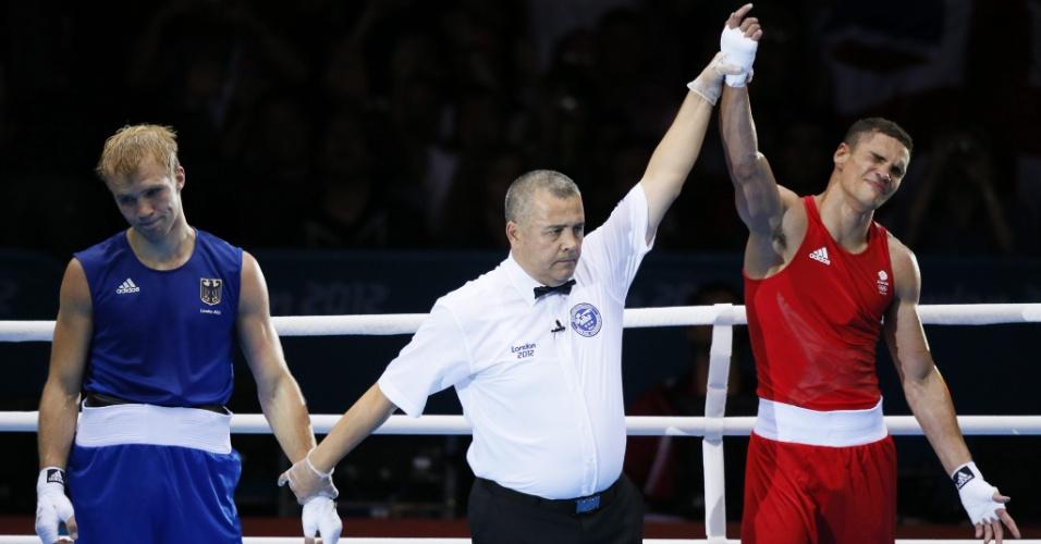 Boxeador britânico Anthony Ogogo celebra sua vitória frente ao alemão Stefan Hartel, pelo peso médio
