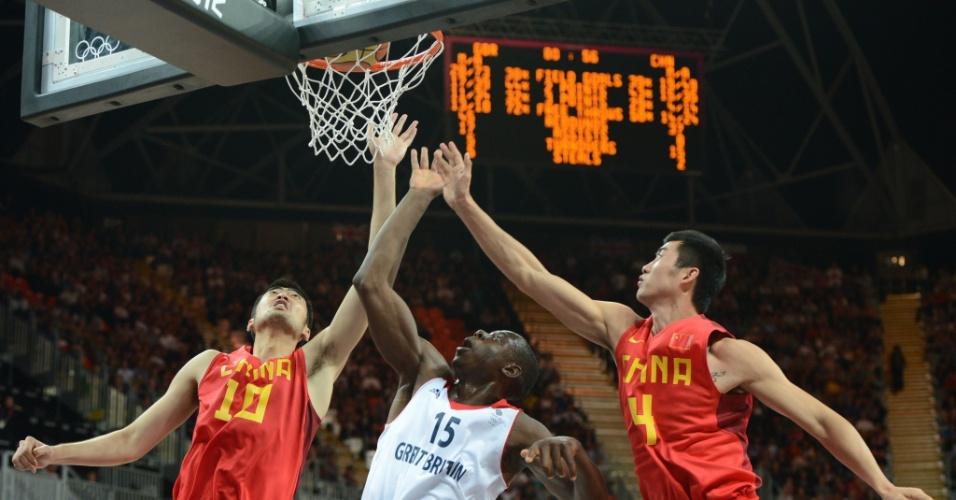 Britânico Eric Boateng passa por marcação de chineses e converte cesta durante jogo nesta segunda-feira (06/08)