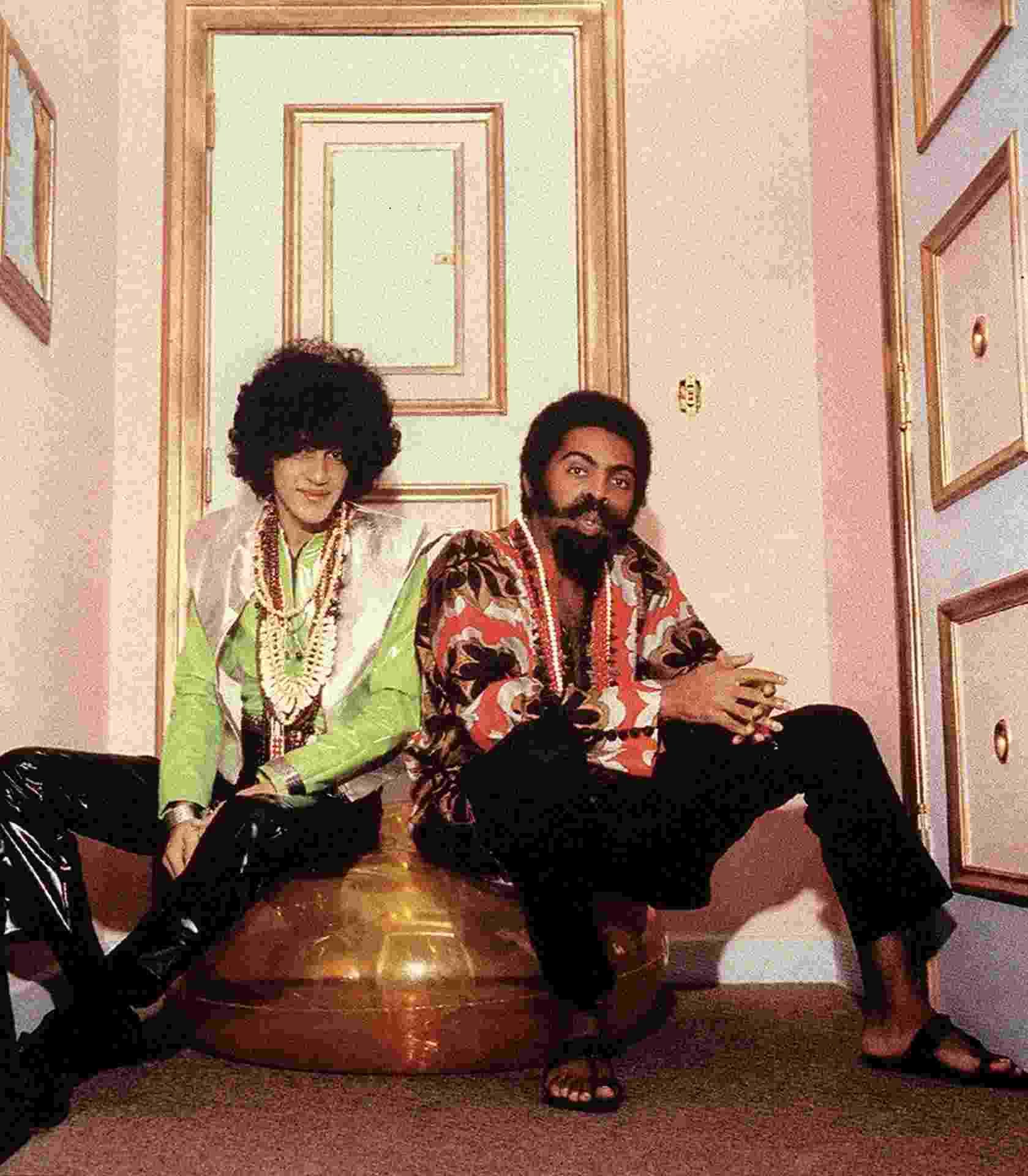 Caetano Veloso e amigo Gilberto Gil foram os idealizadores do movimento que ficou conhecido como a Tropicália - Reprodução/Site pessoal