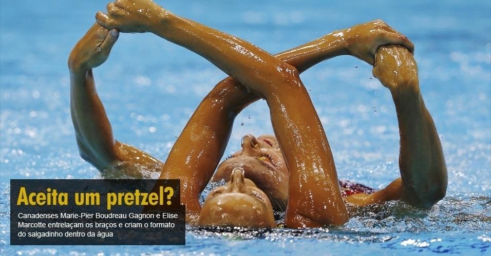 Canadenses Marie-Pier Boudreau Gagnon e Elise Marcotte entrelaçam os braços e criam o formato do salgadinho dentro da água