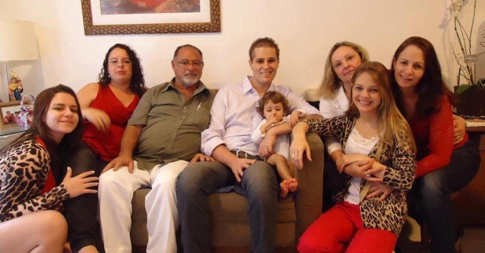 Cantor Pedro Leonardo (centro) aparece sorridente ao lado dos familiares, da mulher, Thais Gebelein (à dir.), e da filha, Maria Sophia (centro) (5/8/12)