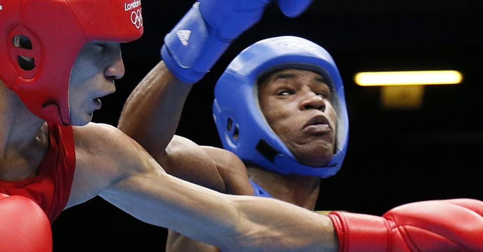Cazaque Gani Zhailauov acerta golpe contra o cubano Yasnier Toledo Lopez, em duelo dos pesos leves
