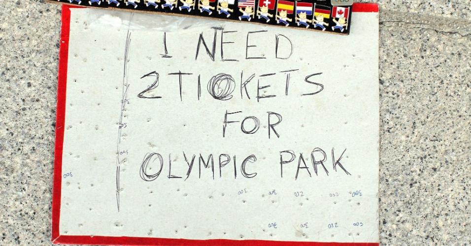 Colecionadores aproveitam a atenção atraída pelos broches para pedir ingressos para o Parque Olímpico