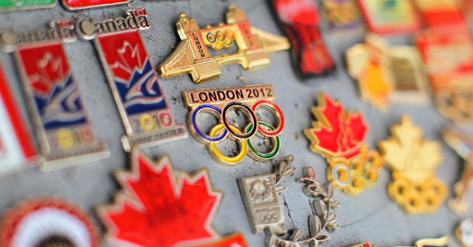 Colecionadores vão aos Jogos em busca de novos pins e chamam a atenção com broches de diversos temas em Londres