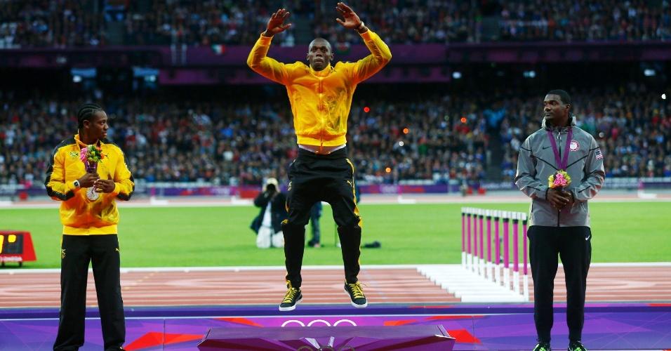 Com Yohan Blake e Justin Gatlin no pódio, Usain Bolt salta durante cerimônia de premiação dos 100 m rasos