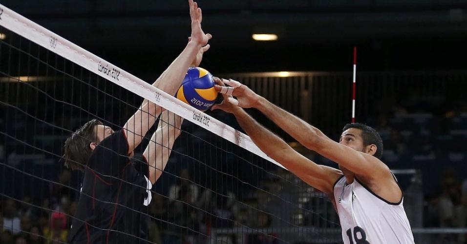 Dante disputa a bola na rede com Marcus Bohme, da Alemanha, durante partida em Londres