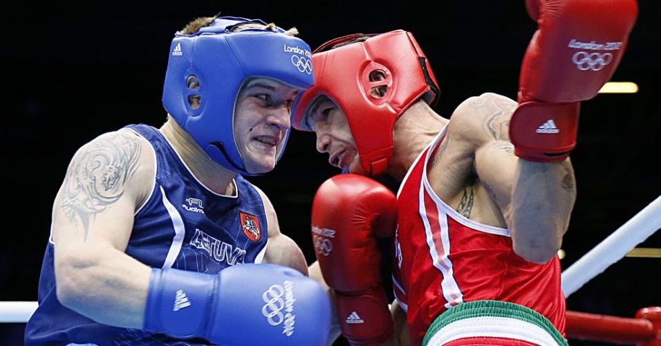De vermelho, o italiano Domenico Valentino confronta-se ante o lituano Evaldas Petrauskas, em duelo dos pesos leves