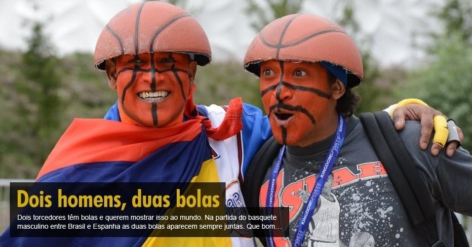 Dois torcedores têm bolas e querem mostrar isso ao mundo. Na partida do basquete masculino entre Brasil e Espanha as duas bolas aparecem sempre juntas. Que bom...