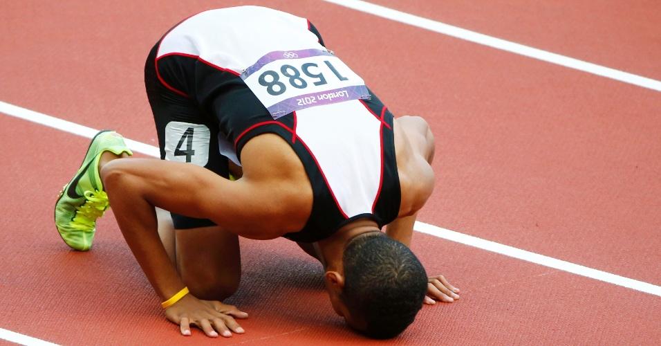 Egípcio Hamada Mohamed beija pista do Estádio Olímpico após vencer sua série nos 800m