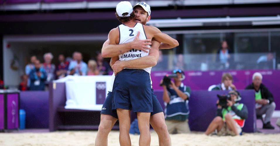 Emanuel e Alison se abraçam para comemorar a vitória nas quartas de final da Olimpíada
