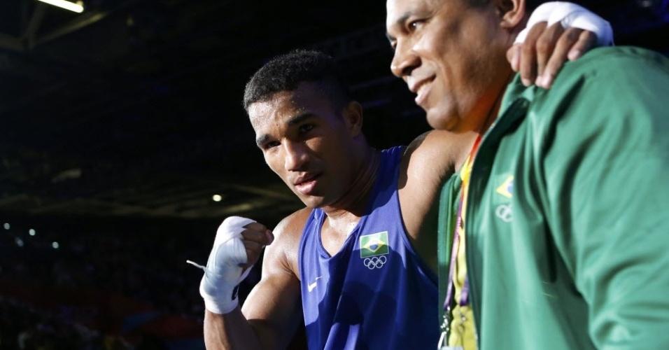 Esquiva Falcão comemora com seu técnico após vencer o húngaro Zoltan Harcsa e garantir ao menos o bronze nos Jogos de Londres