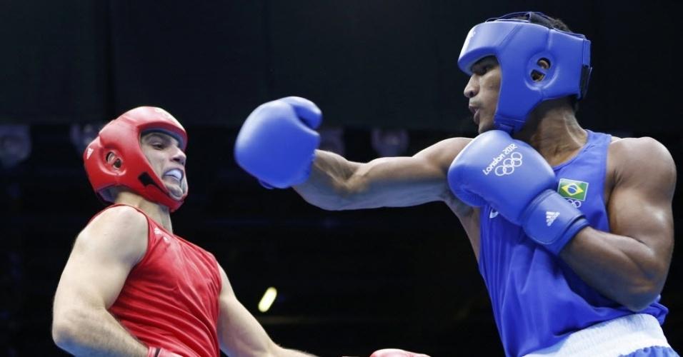 Esquiva Falcão tenta acertar o húngaro Zoltan Harcsa; brasileiro vence e garante ao menos o bronze nos Jogos de Londres