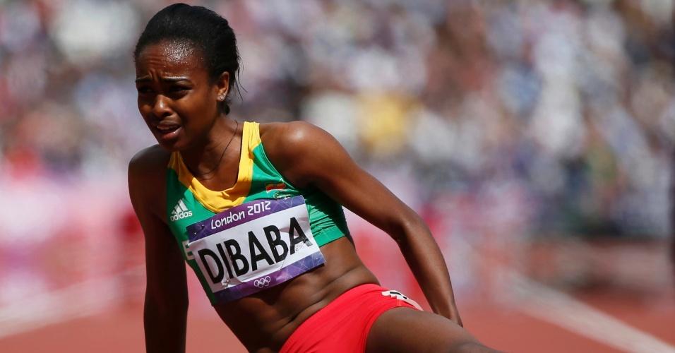 Etíope Genzebe Dibaba cai na pista após completar série eliminatória dos 1500 m. Ela não conseguiu classificação para semifinal