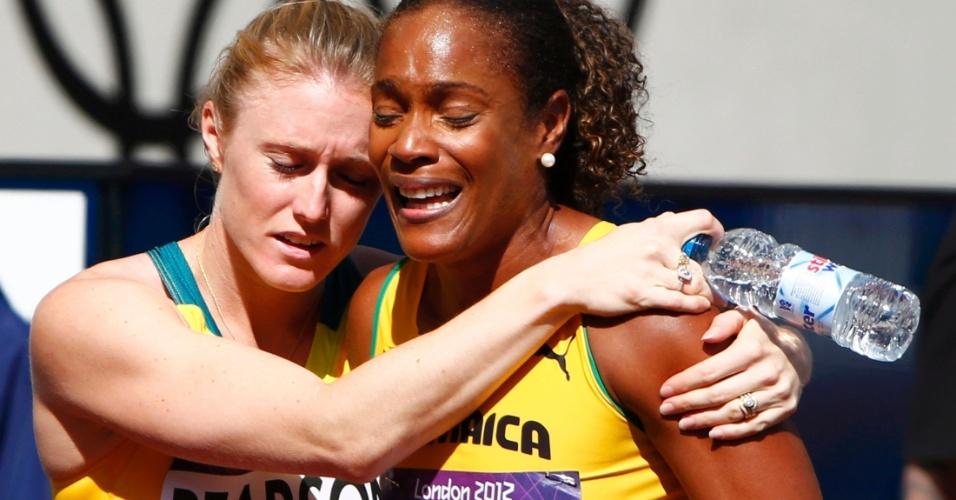 Ex-campeã mundial, jamaicana Brigitte Foster-Hylton é consolada por rival após ser 7ª e acabar eliminada na primeira fase dos 100 m com barreiras