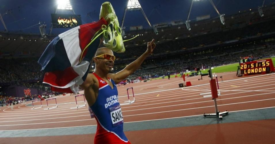Felix Sanchez carrega a bandeira da República Dominicana após vencer a prova dos 400 m com barreiras (06/08/2012)