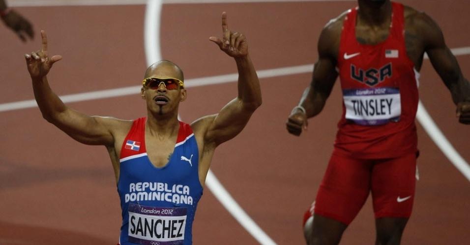 Felix Sanchez, da República Dominicana, comemora a medalha de ouro na prova dos 400 m com barreiras (06/08/2012)