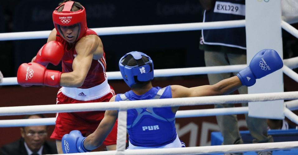 Felix Sanchez Verdejo, de Porto Rico, recebe golpe do ucraniano Vasyl Lomachenko, em luta dos pesos leves