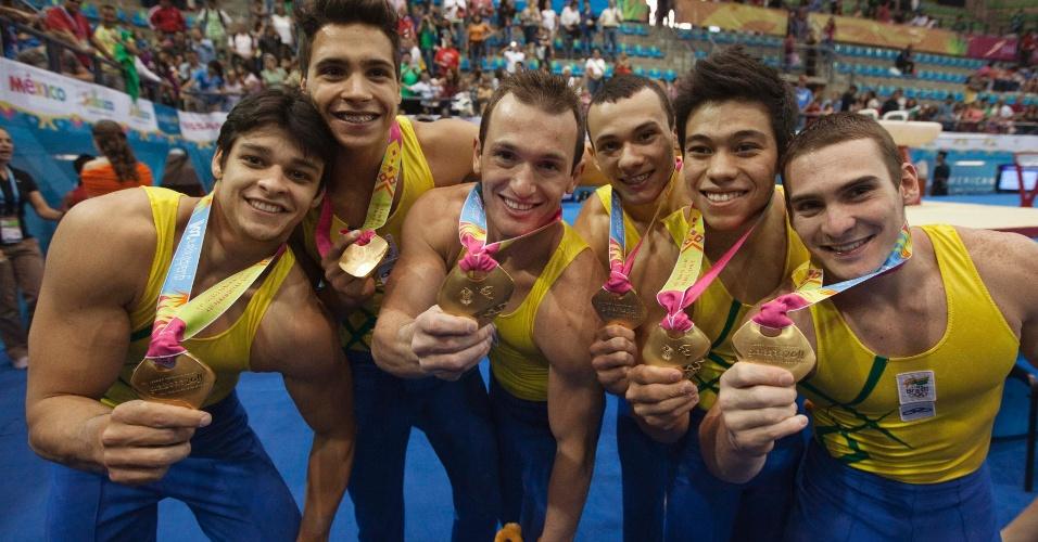 Francisco Barretto, Petrix Barbosa, Diego Hypolito, Pericles da Silva, Sérgio Sasaki e Arthur Zanetti comemoram a medalha de ouro por equipes do Brasil no Pan de Guadalajara (25/10/2011)