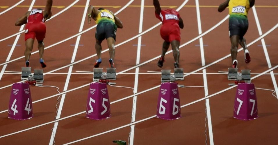 Garrafa é vista perto do bloco de largada da final dos 100 m rasos, prova que consagrou Usain Bolt em Londres