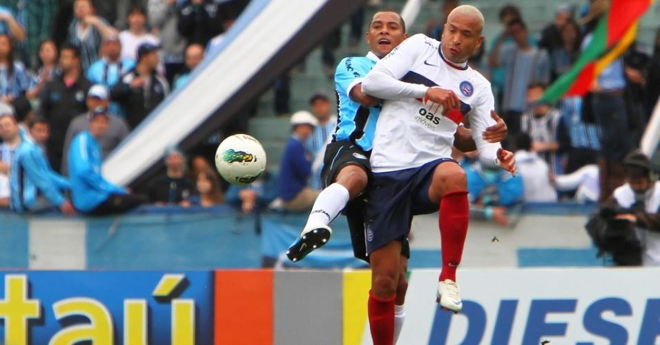 Gilberto Silva marca Júnior em confronto entre Grêmio e Bahia no Olímpico (05/08/2012)