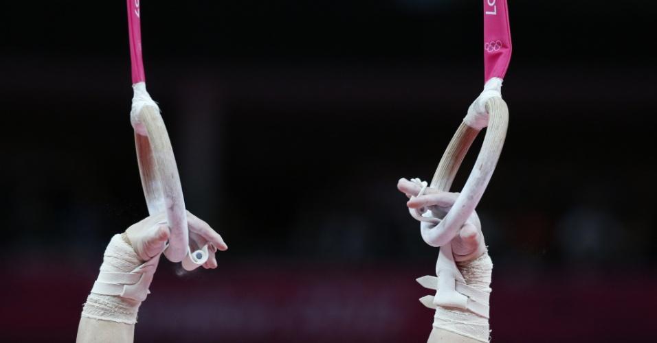 Ginasta Arthur Zanetti realiza sua série para conquistar medalha de ouro nas argolas nos Jogos Olímpicos