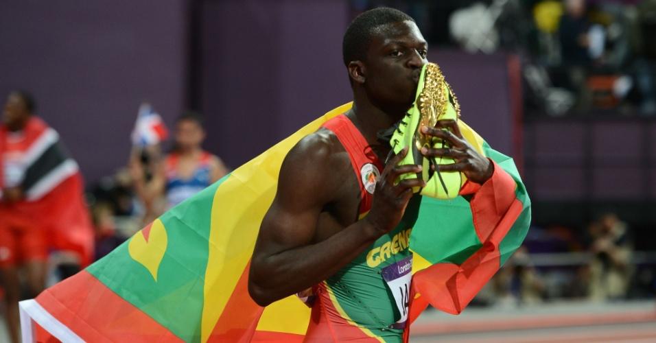 Granadino Kirani James beija par de tênis após conquistar vitória na final olímpica dos 400 m rasos