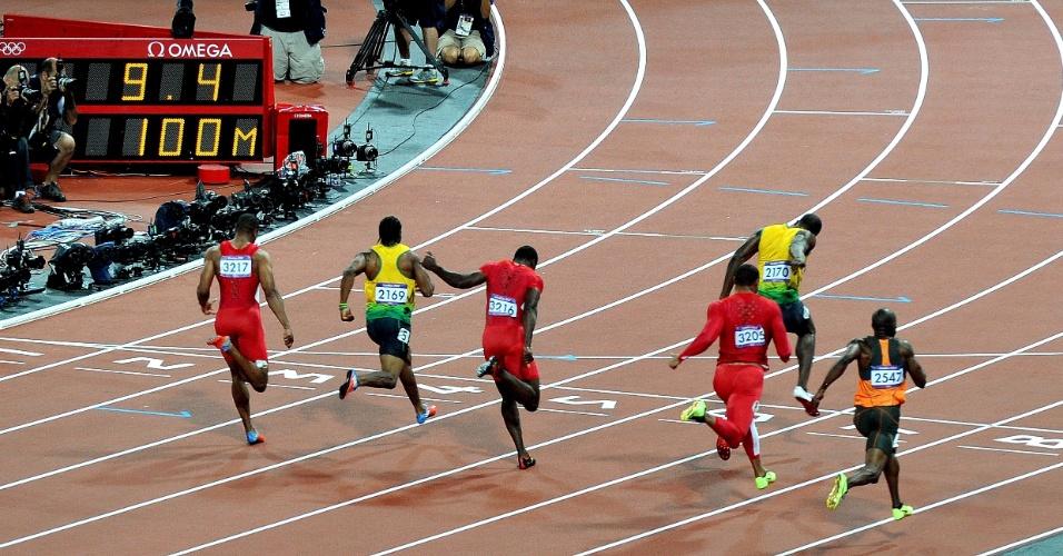 Imagem capta Usain Bolt se esticando apenas 0s23 antes de cruzar a linha de chegada nos 100 m rasos