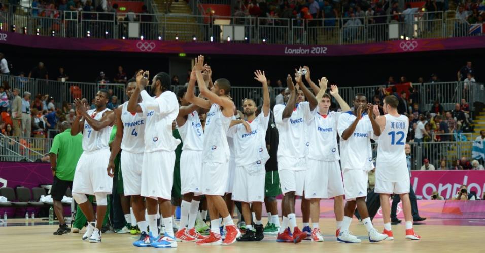 Jogadores da seleção francesa de basquete comemoram vitória sobre a Nigéria
