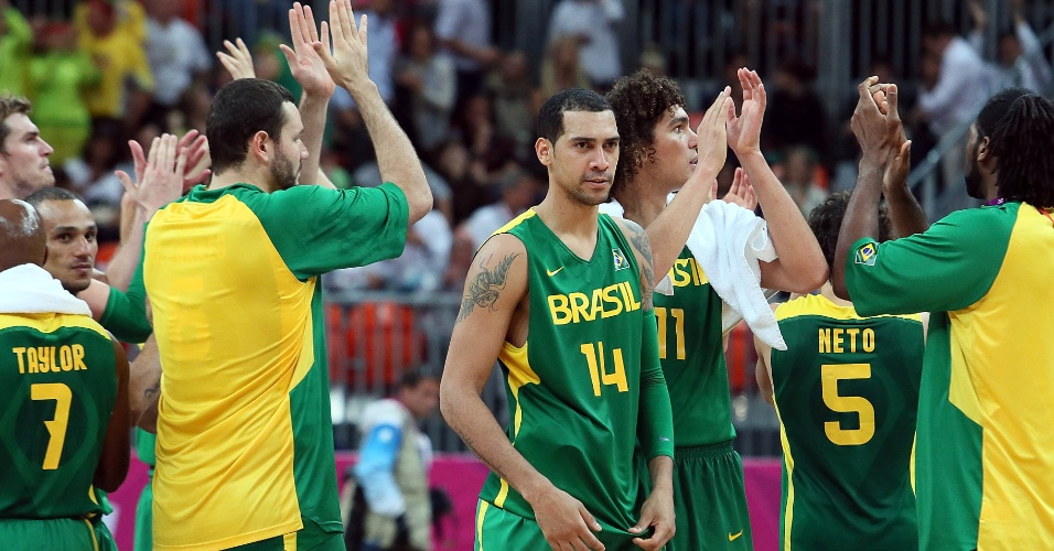 Jogadores do Brasil aplaudem vitória ante a Espanha nesta segunda-feira (06/08)