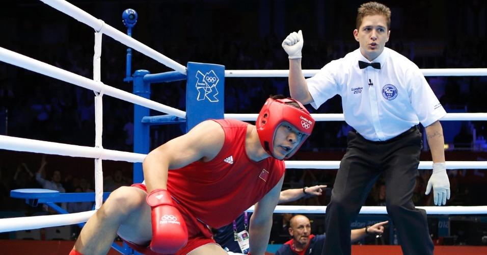 Juiz abre contagem para Chinês Zhang Zhilei, derrubado pelo britânico Anthony Joshua, em luta dos pesos pesados