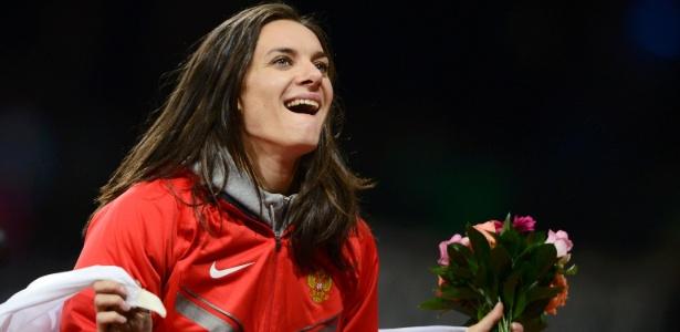 Isinbayeva sorri após receber um buquê de flores ao terminar em 3º na final do salto com vara em Londres