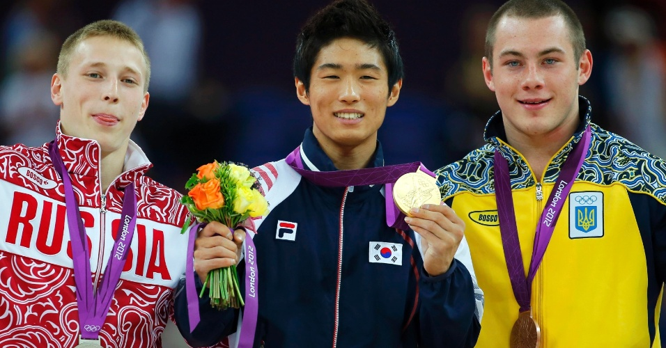 Na final de salto masculino, Yang Hak Seon (c) levou o ouro, Denis Ablyazin (e) ficou com a prata e Igor Radivilov conquistou o bronze