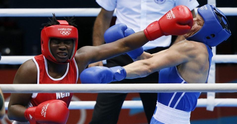 Nigeriana Edith Ogoke golpeia russa Nadezda Torlopova, em confronto das quartas de final pelo peso médio
